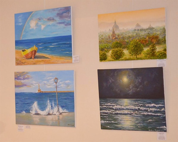 картины художника на выставке