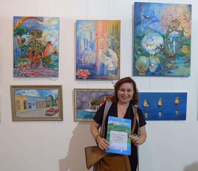 Татьяна на выставке картин
