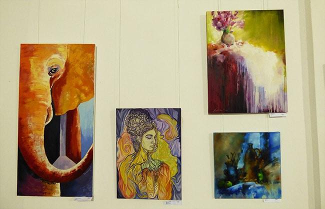 разные картины на выставке